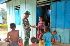 Satgas TNI bagikan sembako ke rumah warga perbatasan RI-PNG